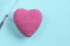 桃红色心脏 钩针编织 重点编织了 免版税库存图片