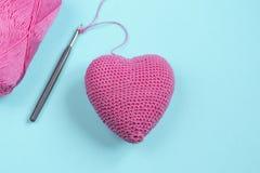 桃红色心脏 钩针编织 重点编织了 图库摄影