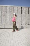 桃红色怀孕的走的花岗岩墙壁 免版税库存照片