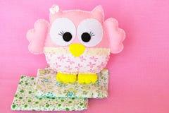 桃红色感觉在织品,手工制造儿童` s玩具2个片断的猫头鹰  免版税库存图片