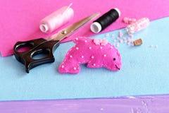 桃红色感觉海豚软的玩具装饰与小珠和按钮 织品海洋动物玩具 图库摄影