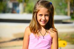 桃红色成套装备微笑的女孩 免版税库存图片