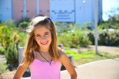 桃红色成套装备微笑的女孩 免版税库存照片