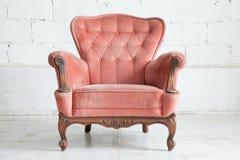 桃红色扶手椅子沙发 免版税图库摄影