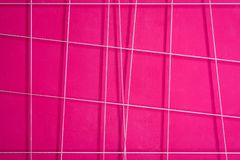 桃红色抽象墙壁的纹理有白色几何线的 库存照片
