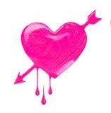 桃红色指甲油积水坑以心脏的形式与箭头 免版税库存照片