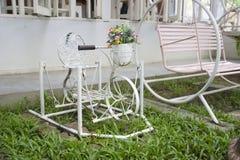 桃红色摇摆和白色小装饰的自行车 免版税库存照片