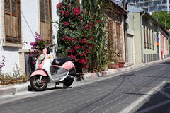 桃红色摩托车 库存照片
