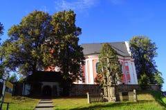 桃红色教会和雕象- 10月 免版税库存图片