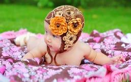桃红色敞篷的愉快的微笑的快乐的女婴有耳朵的 库存图片