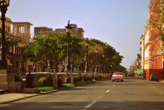 桃红色敞篷车在哈瓦那 免版税图库摄影