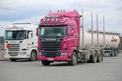 桃红色斯科讷R620采伐的卡车和白色R490槽车Eur的 库存照片