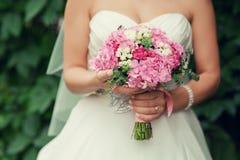 桃红色新娘婚礼花束 免版税库存图片