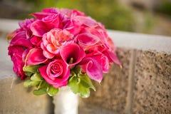 桃红色新娘婚礼花束 免版税库存照片