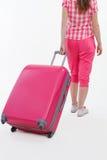 桃红色旅行袋子和拿着它的旅行家女孩 库存图片