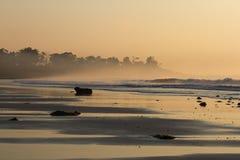 桃红色日出在海洋 印度,安达曼群岛 与波浪的海滩日落 免版税库存图片