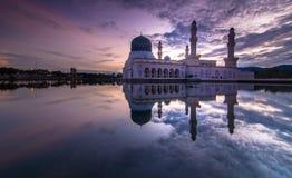 桃红色日出Kota LIkas清真寺沙巴马来西亚 图库摄影