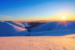 桃红色日落亮光启迪美丽如画的风景 免版税图库摄影
