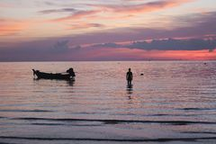 桃红色日落在一个热带海岛 库存图片