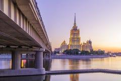 桃红色日落在旅馆乌克兰在莫斯科夜 免版税库存图片