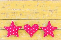 桃红色星和心脏边界,贺卡的浪漫背景 免版税库存图片
