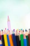 桃红色木铅笔在堆非常突出其他颜色笔作为uniq 免版税库存照片