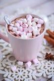 桃红色杯子热巧克力用在桌上的蛋白软糖 免版税库存图片