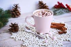 桃红色杯子热巧克力用在桌上的蛋白软糖 库存图片
