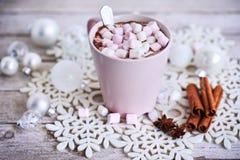 桃红色杯子热巧克力用在桌上的蛋白软糖 图库摄影