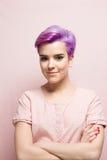 桃红色柔和的淡色彩的紫罗兰色短头发的妇女,微笑 库存照片