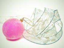 桃红色柔软光滑的新年的球和典雅的闪亮金属片 图库摄影
