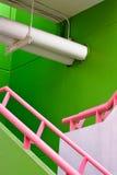 桃红色栏杆,新鲜绿色wal 库存图片