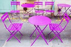 桃红色桌和椅子在巴黎 库存照片