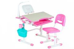 桃红色椅子、桃红色学校书桌、蓝色篮子和台灯 库存照片