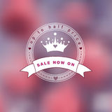 桃红色模糊的照片作为与公主商标的背景 免版税库存图片
