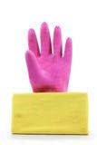 桃红色橡胶手套和黄色旧布 免版税库存图片