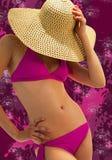 桃红色比基尼泳装的少妇 免版税库存图片