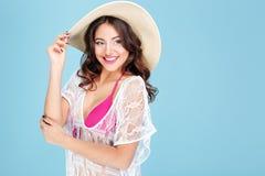 桃红色比基尼泳装的笑的性感的年轻深色的妇女 免版税库存图片