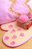 桃红色毛巾,自然肥皂,炸弹盐 免版税图库摄影