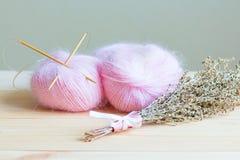 桃红色毛线两个丝球  库存照片