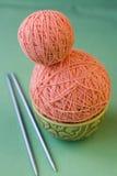桃红色毛线和编织针两个球 图库摄影