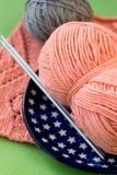 桃红色毛线和编织针球  免版税库存照片