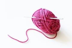 桃红色毛线球顶视图与羊毛螺纹的在白色背景 免版税库存照片
