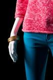 桃红色毛线衣、裤子和镯子 库存照片