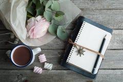 桃红色毛茛属,开放笔记本,自行车 库存照片
