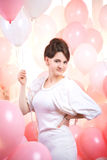桃红色气球的美丽的女孩 库存照片