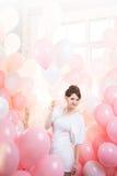 桃红色气球的美丽的女孩 库存图片