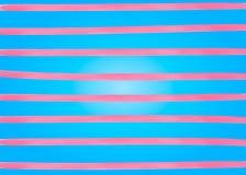 桃红色水彩排行在蓝色背景的水平的条纹 手图画绘画背景 对背景,横幅,卡片,飞行 向量例证