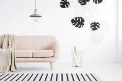 桃红色沙发在客厅 免版税库存图片
