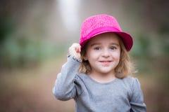 桃红色浅顶软呢帽的女孩 免版税库存图片